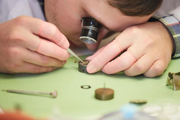 時計職人修正時計