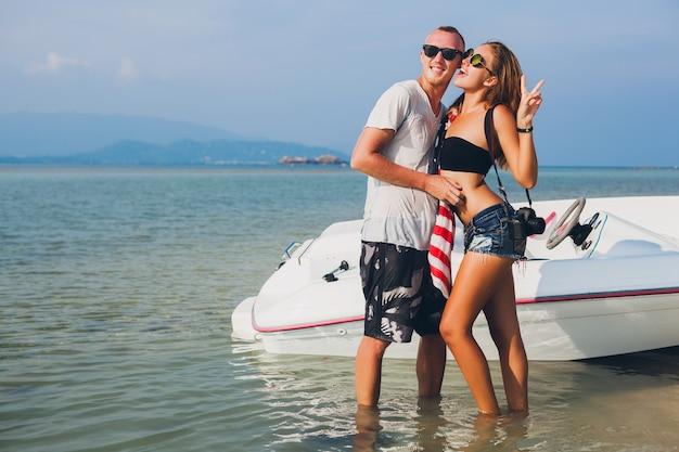 Cloe up hands of hipster couple in love on vacation woman and man summer tropical vacation in thailand viaggiando in barca in mare, festa sulla spiaggia, persone che si divertono insieme, corpo sottile sexy