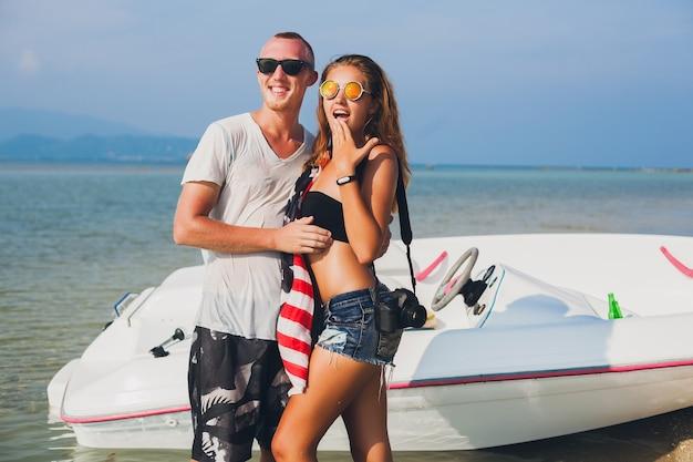 海でボートに乗って旅行するタイの休暇の女性と男性の夏の熱帯休暇、ビーチでのパーティー、一緒に楽しんでいる人々、セクシーなスリムなボディに恋をしている流行に敏感なカップルの手を閉じてください