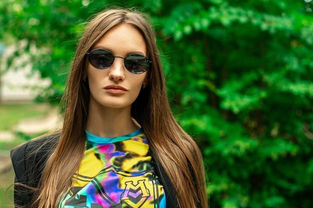 Cloesup портрет стильной молодой девушки outdoos
