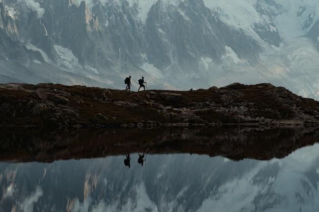 フランスアルプスでハイキングする旅行者のクロショット