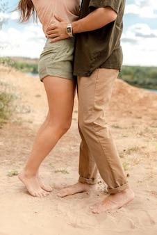 自然の中で抱き締めるカップルにクローズアップ