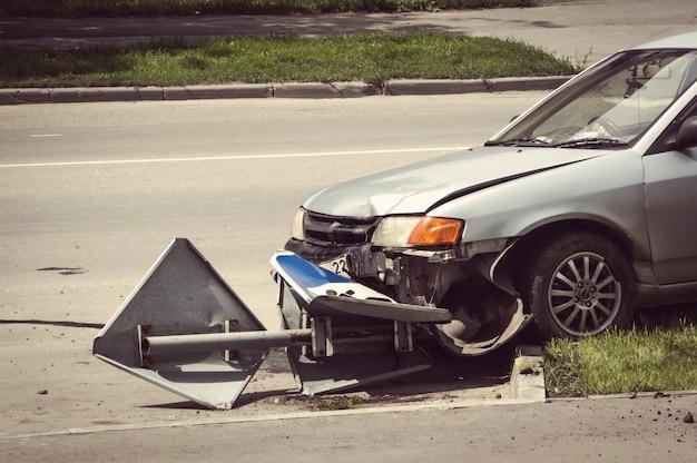 차량 앞 근접사고가 전봇대와 충돌할 정도로 심각한 충돌사고. 자동차 사고 근접 촬영