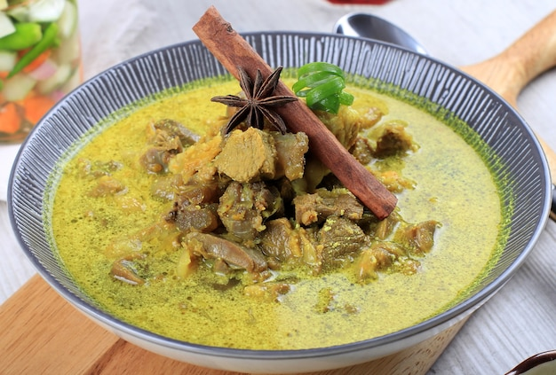 Close gulai kambingは、インドネシアの伝統的なマトンカレースープです。濃厚で辛い食べ物の一種です。