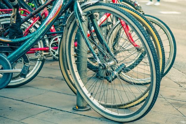 路上での自転車の車輪のクローズ。