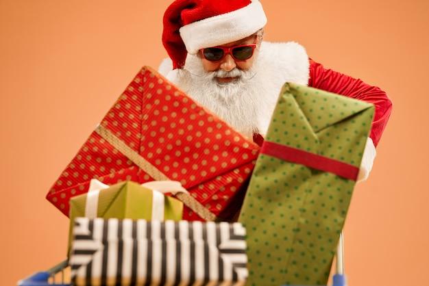 Закрытие корзины с подарками возле деда мороза