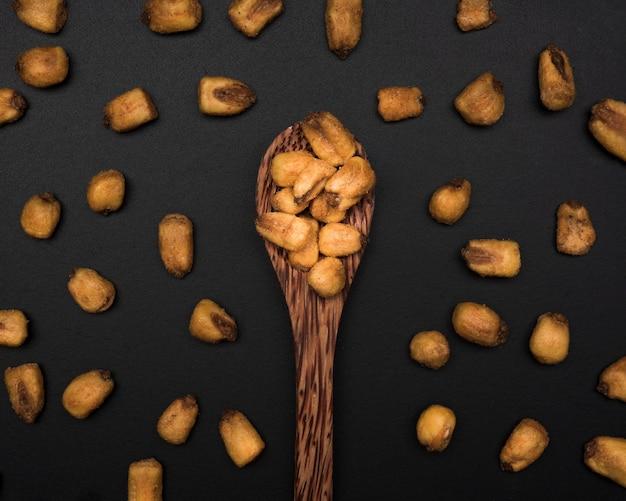 Крупным планом вид орехов в ложке