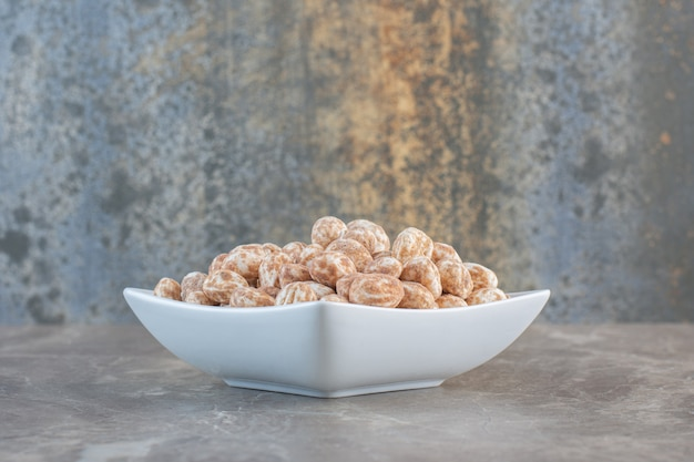 Закройте фото карамельных конфет в белом шаре.