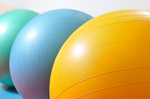 さまざまな色のスポーツ用品フィットネスボールとスポーツアイテムの写真を閉じる