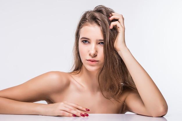 흰색 배경에 고립 된 패션 머리와 옷없이 섹시한 갈색 머리 모델 소녀의 초상화를 닫습니다