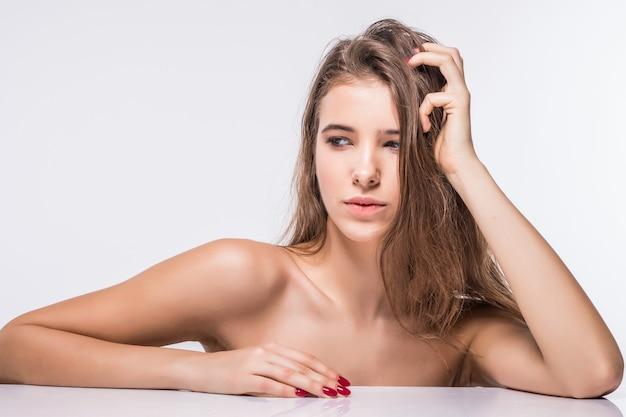 Chiudere il ritratto di ragazza modello brunetta sexy senza vestiti con pettinatura moda isolato su priorità bassa bianca
