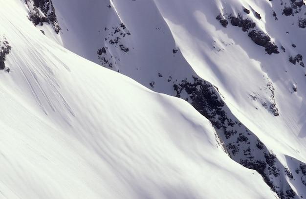 昼間はオーストリア、ラムサウの雪に覆われた山のショットを閉じる
