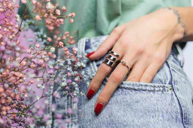 두 개의 링을 입고 여자 손 손가락의 가까운 샷
