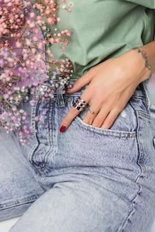 Крупным планом - пальцы руки женщины в двух кольцах