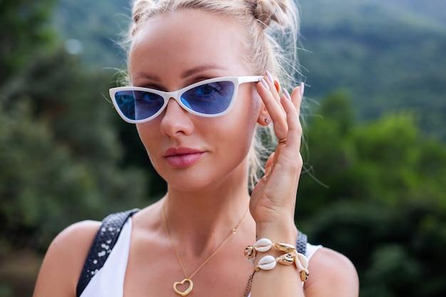 Крупным планом женские руки с ювелирным кольцом и браслетом
