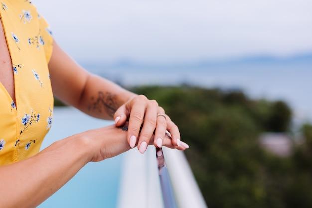 Chiudere il colpo delle mani del manicure della donna, indossando l'anello al dito.