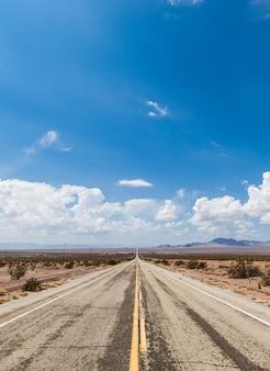 Рядом с амбой (сша). старая часть шоссе 66 посреди пустыни