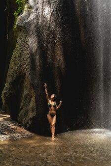 자연에 가깝습니다. 동굴에서 수영을 하는 동안 하늘을 올려다보며 기뻐하는 모델