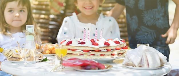 Upon子供の誕生日パーティーを閉じる