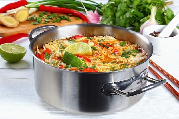 Close uo на остром тайском курином супе с лапшой