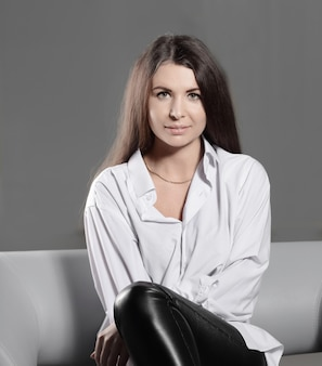 Закройте вверх. задумчивая творческая женщина сидит на офисном стуле