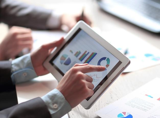 마케팅 데이터 사람과 기술을 사용하는 사업가를 닫습니다.