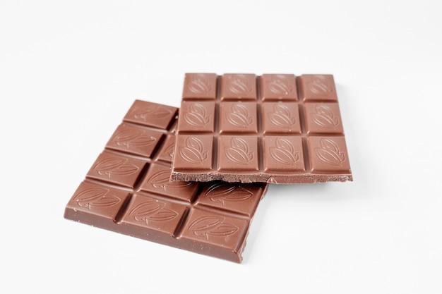 白い背景で隔離のチョコレートバーを閉じる
