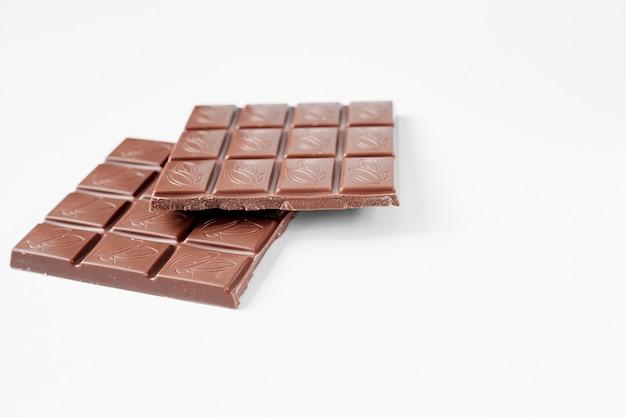 Закройте плитку шоколада, изолированные на белом фоне