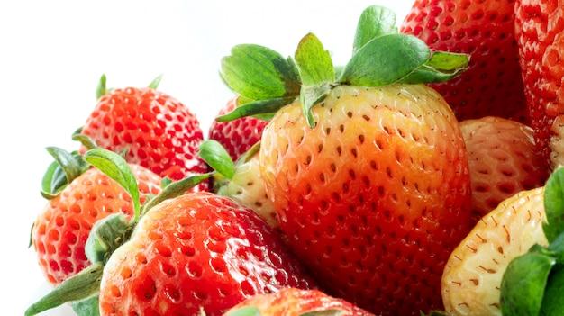 若い赤いイチゴ果実の新鮮なクローズアップ