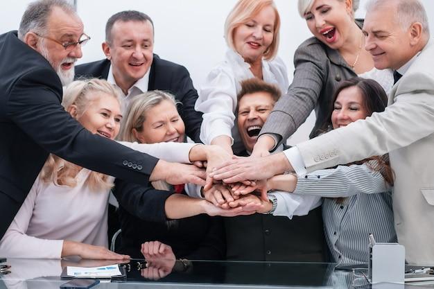 확대. 손에서 타워를 만드는 회사 직원 그룹. 팀워크의 개념