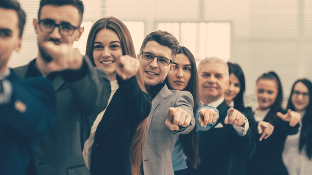 Закройте вверх. группа разнообразных деловых людей, указывающих вперед