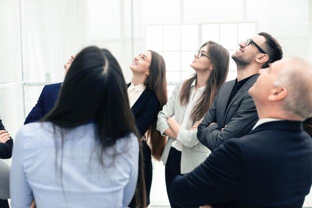 Закройте вверх. группа сотрудников обсуждает новые идеи. концепция совместной работы