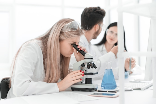 확대. 과학자 그룹이 현대 실험실에서 연구를 수행합니다. 과학과 건강