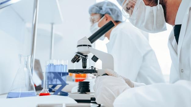 Закройте вверх. группа ученых работает над созданием новой вакцины. наука и здоровье.