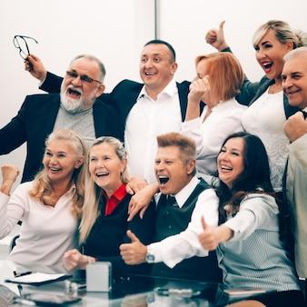 Закройте группу успешных деловых людей