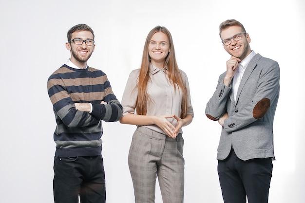 Закройте вверх. группа успешных молодых людей. изолированные на белой стене