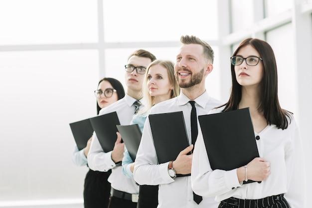 クローズアップ。面接のために並んでいる若い従業員のグループ。キャリア成長の概念