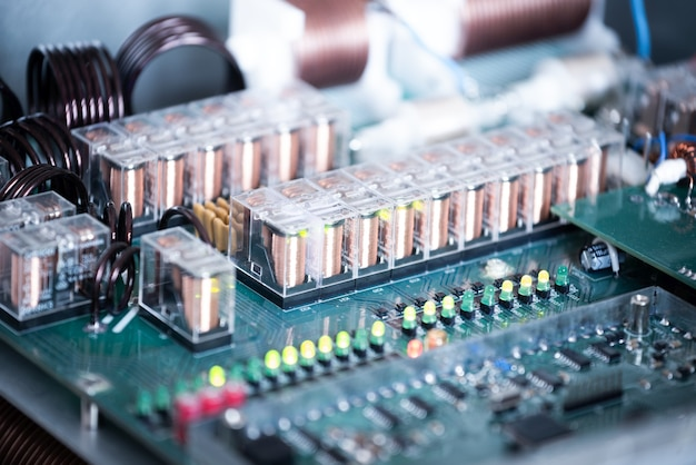 라디오 부품 공장에서 대형 녹색 미세 회로와 발광 패널을 클로즈업합니다. 공장의 복잡한 전자 장비 개념