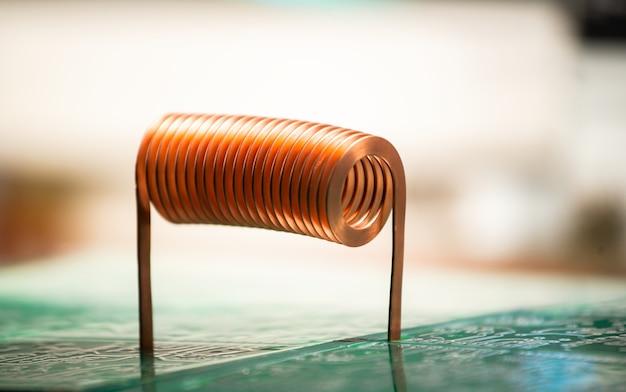 クローズアップ大規模なジャイオデティック機器製造工場のプラットフォーム上に、大きなツイスト銅線が立っています。高周波およびエンジニアリング機器の製造のコンセプト