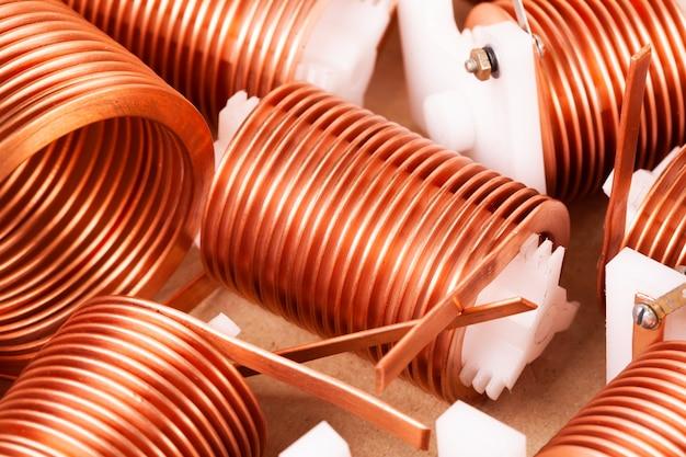 さらなる生産の強力な高周波トランシーバーを見越して、プラスチック製のコルクに着用された多くのねじれた平らな銅線をクローズアップ