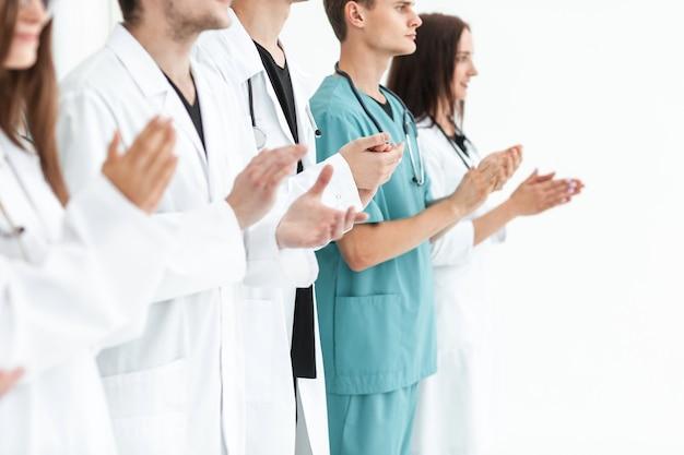Close up. 함께 박수를 보내는 선도적 인 의료진의 팀. 복사 공간 사진