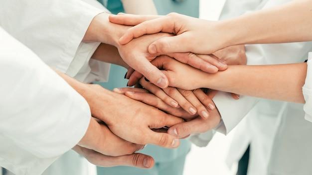 閉じる。彼らの団結を示す医者のチーム