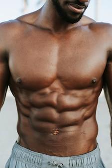 Primo piano degli addominali su un uomo in forma