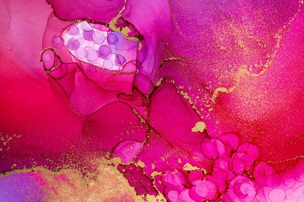 Крупным планом абстрактный розовый мраморный фон с золотыми прожилками