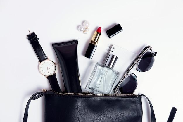 化粧品の黒いバッグの上面図でアクセサリーを閉じます。