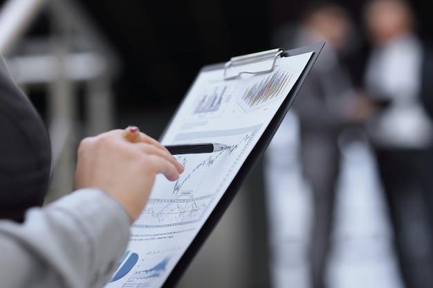 財務報告をチェックしている会計士をクローズアップ