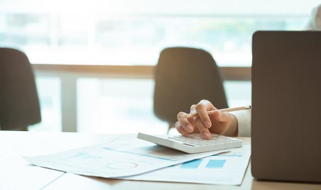 経理や実業家が収支を計算し、不動産投資データを分析し、会社の進歩と成長に専念し、財務および税制の概念をクローズアップします。