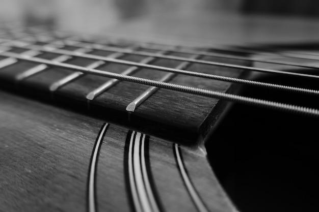 クローズアップアコースティックギターの背景。