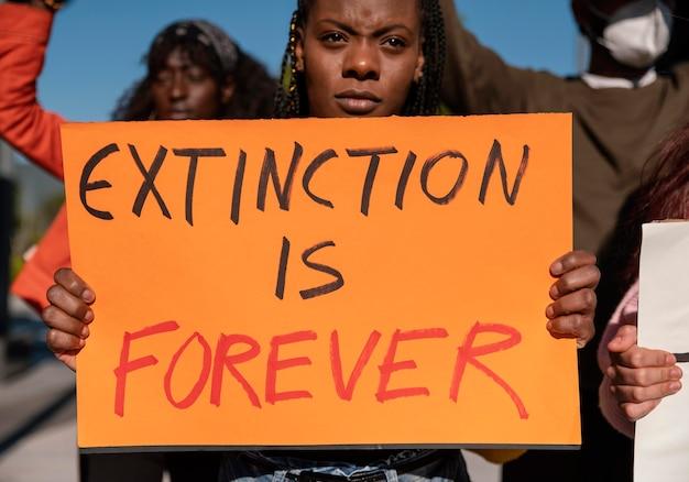 Close up attivisti che protestano insieme