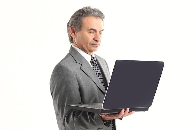 흰색 배경에 노트북 screen.isolated를 보고 up.adult 사업가를 닫습니다